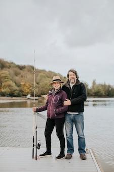 Пожилая пара на пенсии позирует на рыбацкой пристани