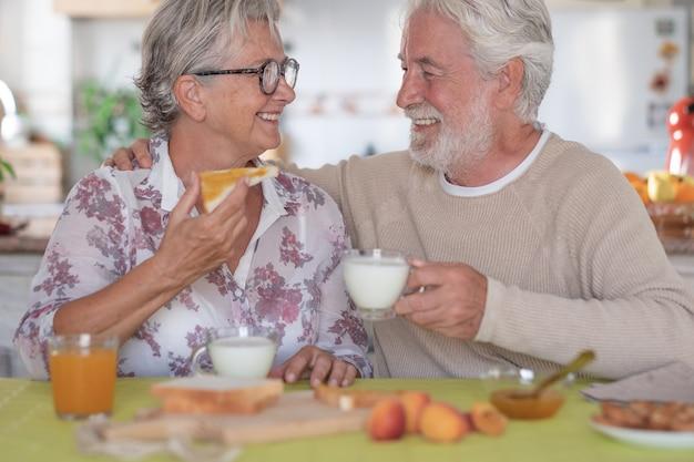 退職シニア白人カップルライフスタイル朝食幸福の概念