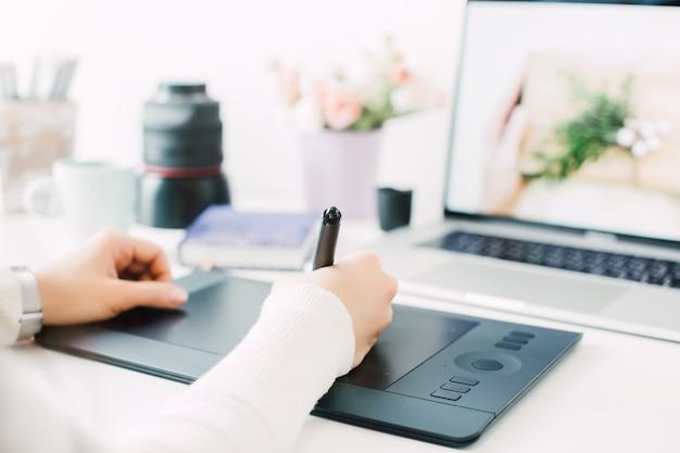 Ретушь на портативном компьютере с помощью цифрового планшета и стилуса