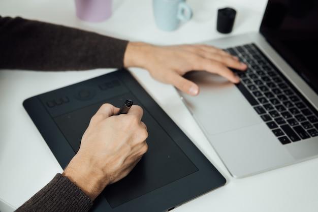 Ретуширование на портативном компьютере с помощью цифрового планшета и стилуса