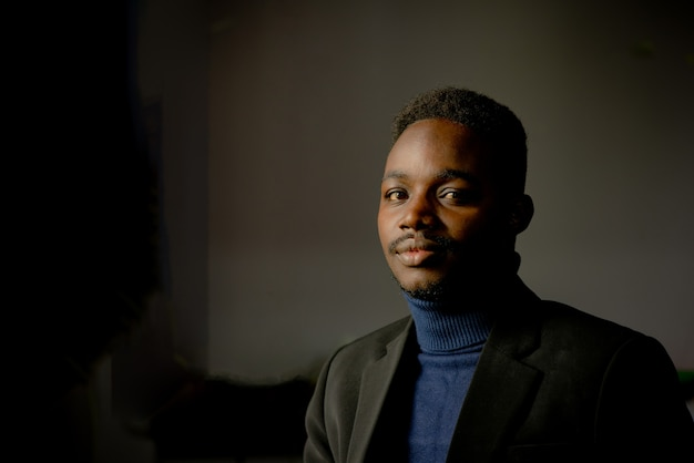 黒のスーツを着たレトロなアフリカのビジネスマン。ローキースタイル