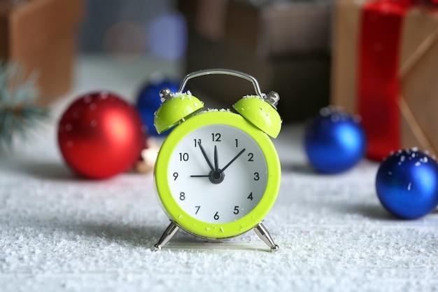 Ретро будильник и украшения на деревянном столе. рождественский обратный отсчет
