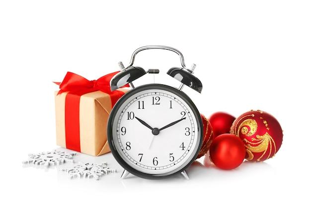 Ретро будильник, украшения и подарочная коробка. концепция обратного отсчета рождества