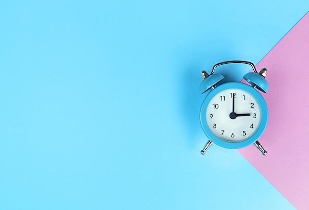 복사 공간와 파란색 배경에 레트로 알람 시계.