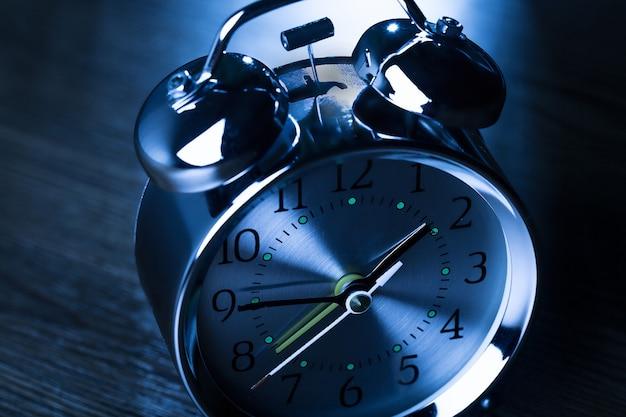 暗い背景のレトロな目覚まし時計