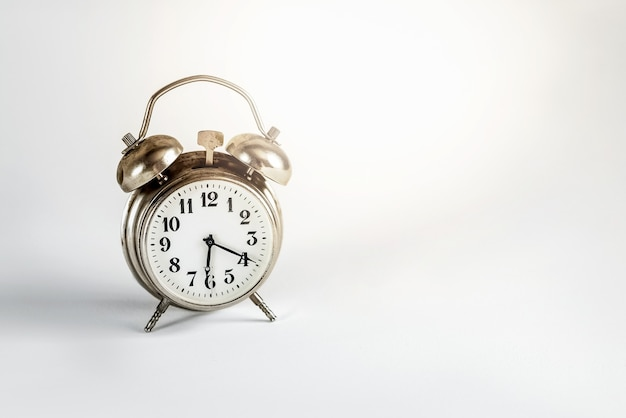 밝은 회색 표면에 레트로 알람 시계