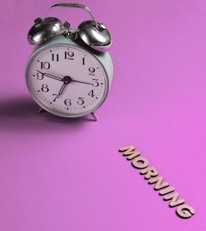 편지와 함께 텍스트 아침 핑크에 레트로 알람 시계.