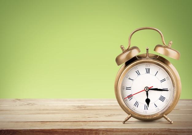 テーブルの背景にレトロな目覚まし時計