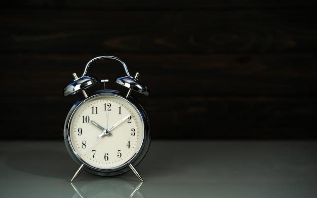 Ретро будильник на столе