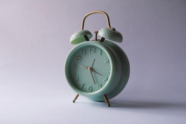 白い背景の上のレトロな目覚まし時計