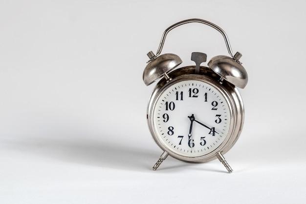 흰색 표면에 레트로 알람 시계