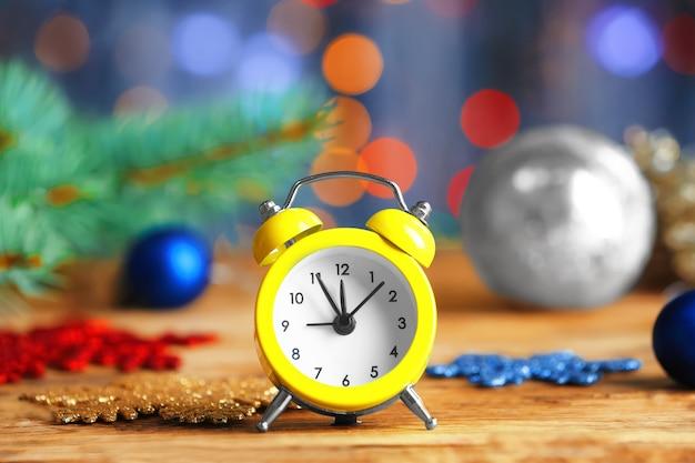 Ретро будильник на деревянном столе. рождественский обратный отсчет