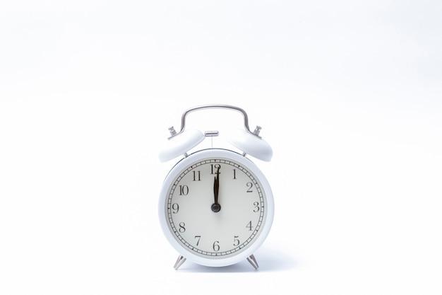 레트로 알람 시계 또는 빈티지 알람 시계 흰색 절연