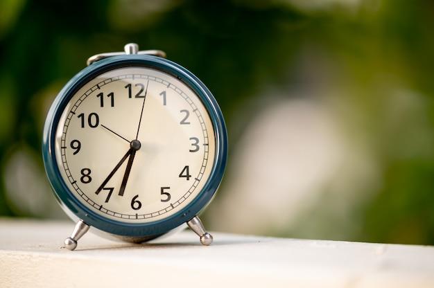 Ретро-будильник с копией спецификаций для фона