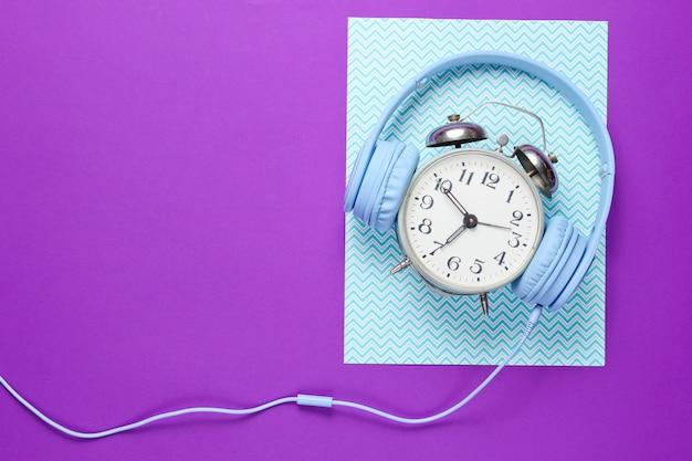 Ретро будильник с проводными наушниками
