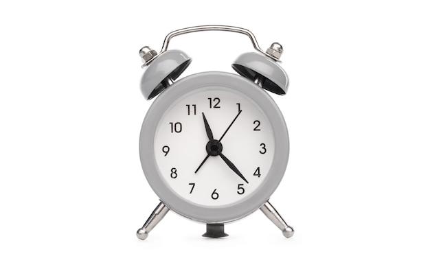 Ретро аналоговый настольный будильник с круглым циферблатом на белом фоне