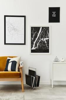 デザインのアームチェア、地図、ランプ、装飾、白い壁、身の回りのアクセサリーを備えた、レトロでミニマリストなリビング ルームのインテリア.