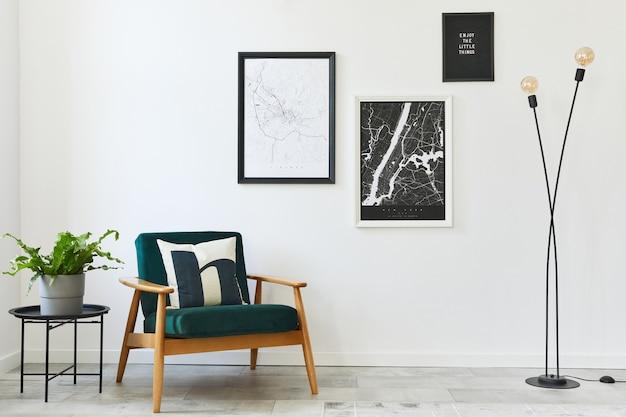 デザインのアームチェア、2 つの地図、ランプ、装飾、白い壁、個人的なアクセサリーを備えたリビング ルームのインテリアのレトロでミニマリストの合成.現代の家の装飾。