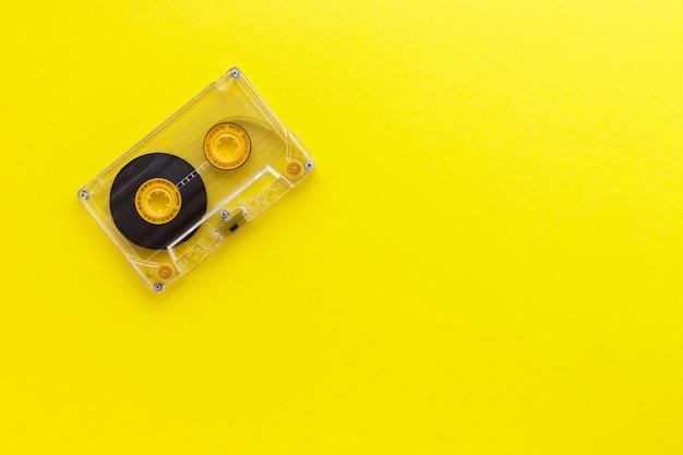 80 년대와 90 년대 레트로 오디오 테이프 카세트. 오래 된 기술 개념입니다. 평면 위치, 복사 공간 평면도.