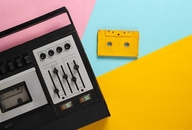レトロなオーディオテープレコーダーとオーディオカセット。色付きのレトロなメディア