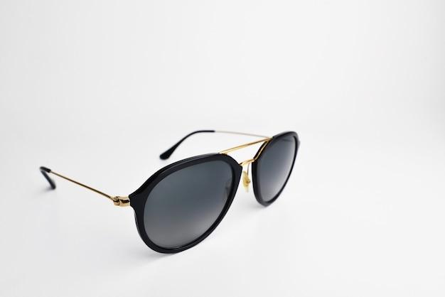 Ретро изолированные солнцезащитные очки авиатора. классные солнцезащитные очки с черной пластиковой рамкой изолированы
