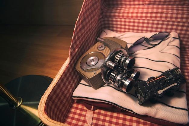 レトロ袋パッキングカメラ木の背景に古い電話とペア