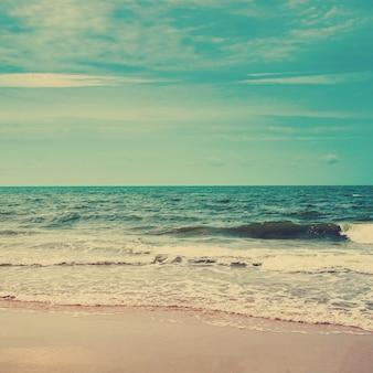 빈티지 톤 레트로 해변과 푸른 하늘입니다.
