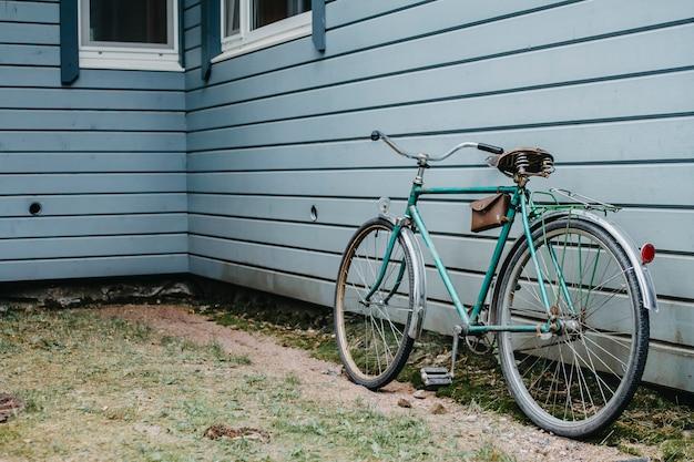 レトロな自転車は青い壁に立つ