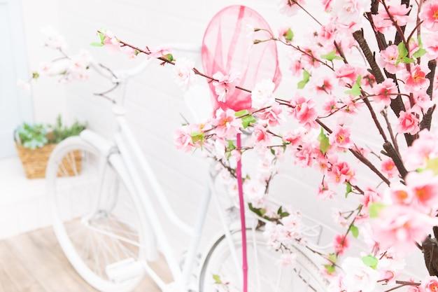 꽃과 복고풍 자전거입니다. 프로방스 스타일의 정원 장식