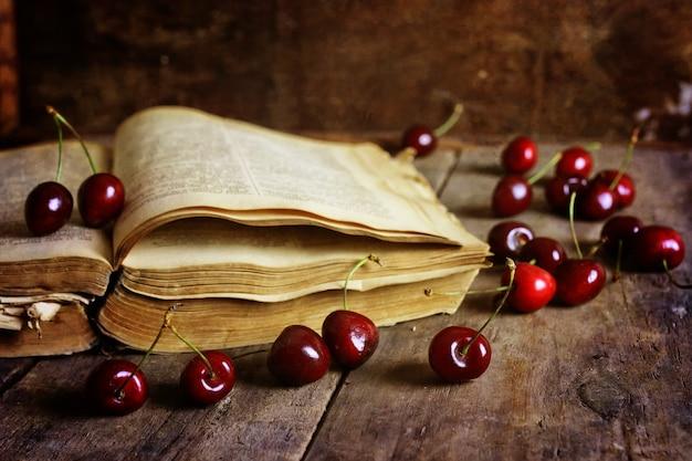 나무 배경과 체리 베리에 대한 복고풍 책