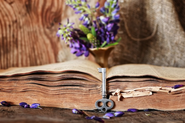 나무 테이블 키에 레트로 책