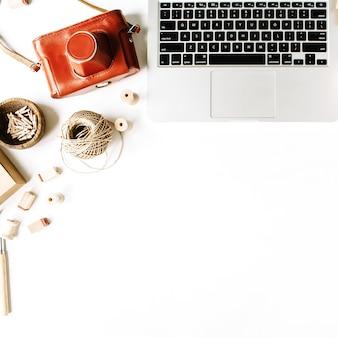 ノートパソコンとレトロな茶色のスタイルのワークスペース