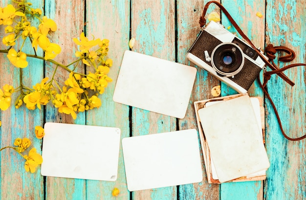 レトロカメラと空の古い紙フォトアルバム