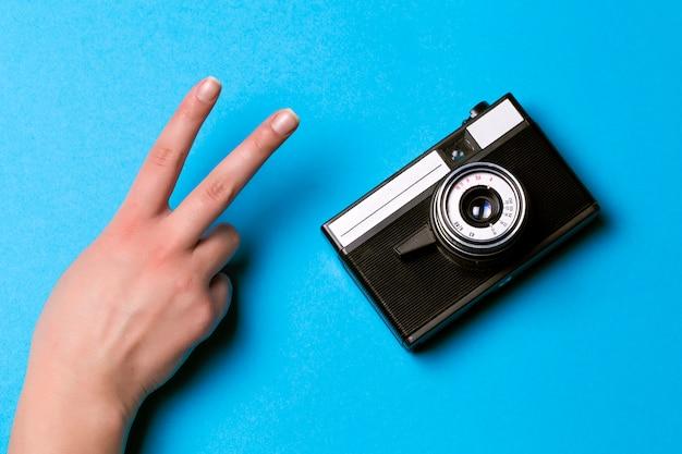 레트로 카메라와 손