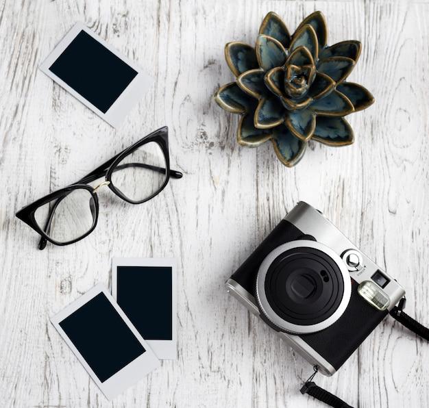 Ретро камера, очки и пустые старые мгновенные бумажные фото