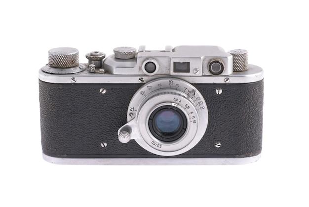 흰 벽에 고립 된 레트로 카메라