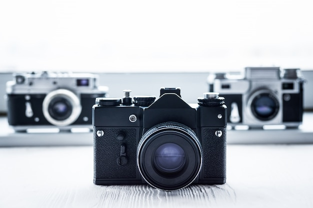 흰색 배경에 레트로 카메라