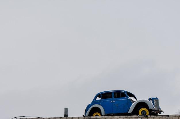 Ретро-автомобиль против неба.