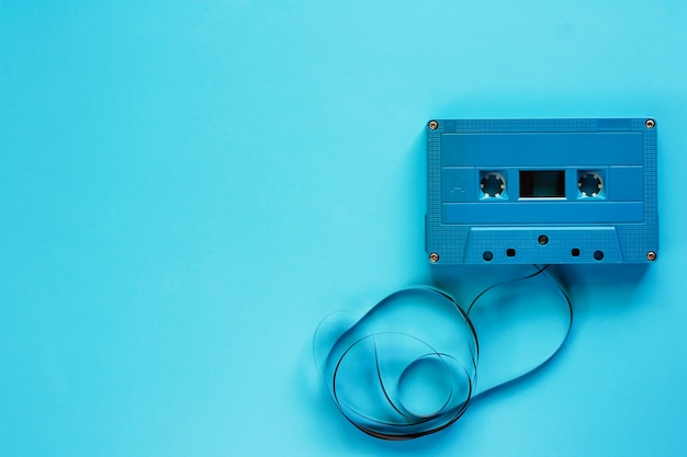 Ретро кассетная лента на синем фоне для записи и воспроизведения звука