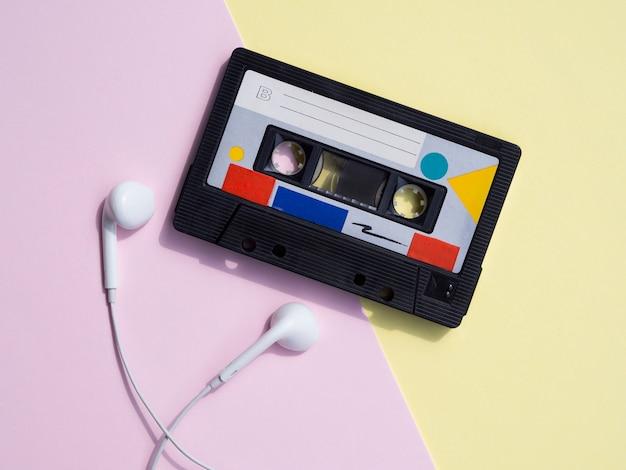 カラフルな背景にレトロなカセットテープ