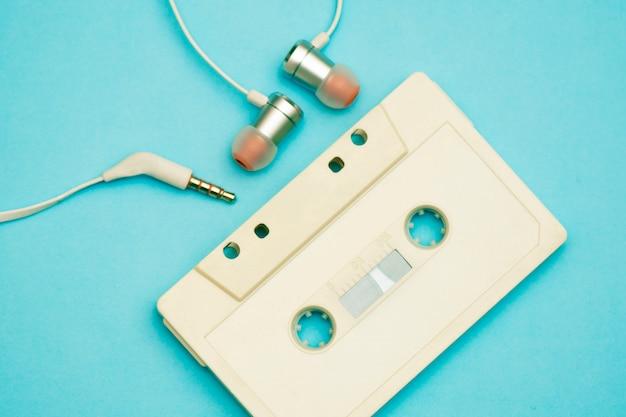 80 년대와 90 년대의 음악 녹음을 갖춘 레트로 카세트 테이프 레코더
