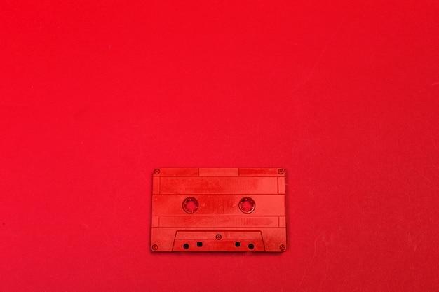 色の背景にレトロなカセットテープ