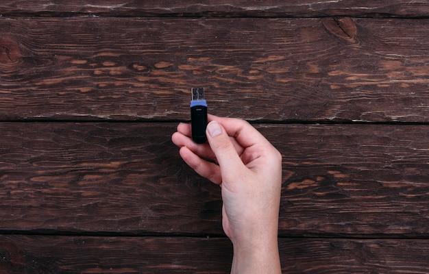 木製の背景にレトロなカセット