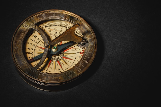 Ретро компас на фоне черной доске.