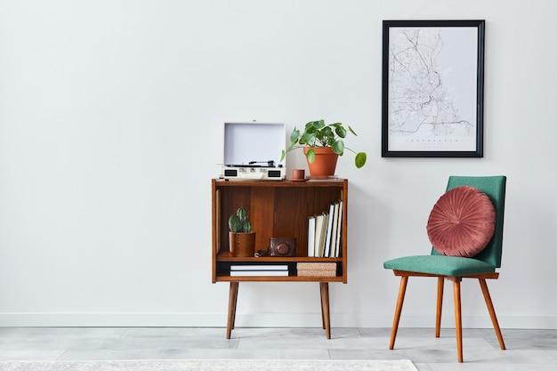 Ретро композиция интерьера гостиной с макетом карты постера, деревянной полкой, книгой, креслом, растением, кактусами, виниловым диктофоном, украшениями и личными аксессуарами в стильном домашнем декоре
