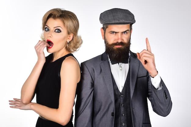 Ретро пара в ретро одежде концепция любви романтическая пара удивила женщину в черном платье и
