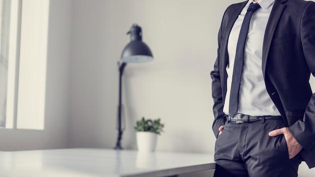 Ретро эффект исчез и тонированное изображение бизнесмена, стоящего в офисе