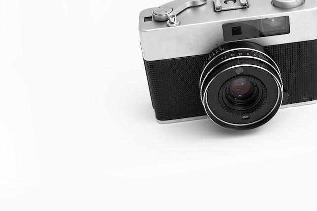 孤立した白い背景の上のレトロなフィルムカメラ