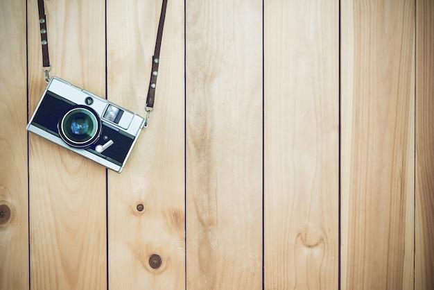 무료 사본 공간, 빈티지 배경 나무 배경에 들고 레트로 필름 카메라.