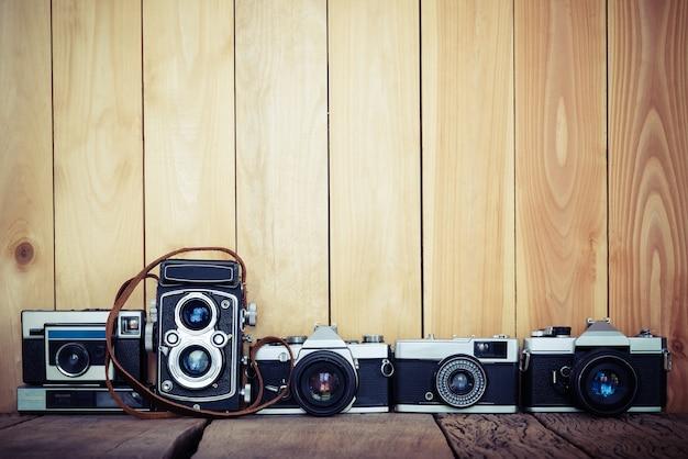 무료 사본 공간, 빈티지 배경 나무 배경에 레트로 필름 카메라.